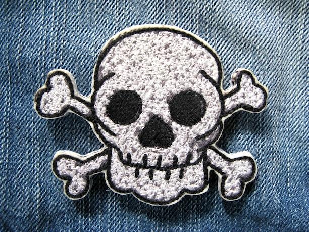 『skull and crossbones』刺繍ブローチ