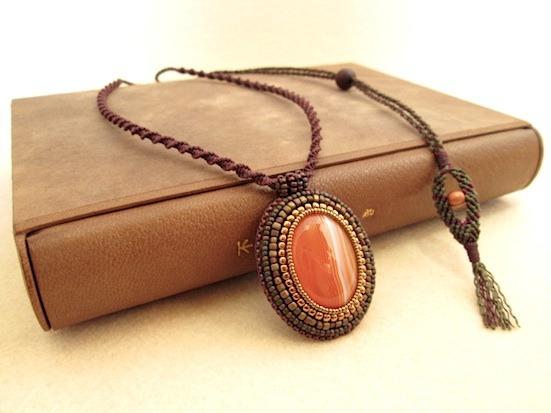 ビーズ刺繍の天然石ペンダント 024