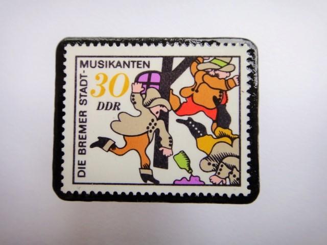 旧東ドイツ 「ブレーメンの音楽隊」切手ブローチ378