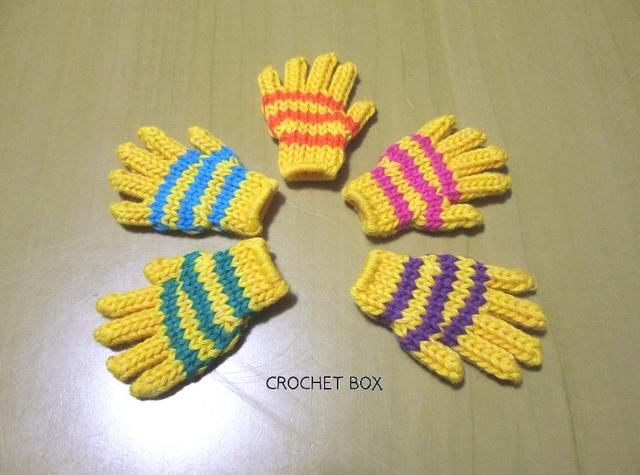 小さい手袋のブローチ 黄色