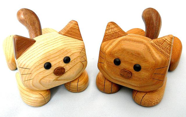 猫の『マイケル』 スマホスタンド(楡材(茶系)&栓材(白系))