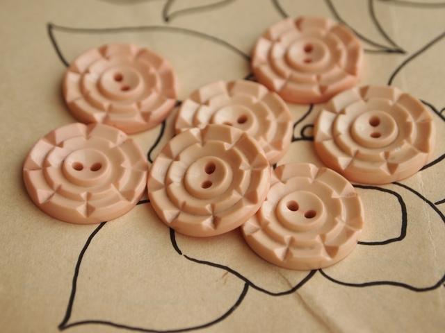 フランス 淡いピンクの花形ボタン 2個セット