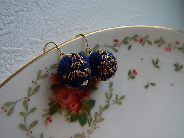夜空のクリスマスツリー刺繍の フエルトボールピアス
