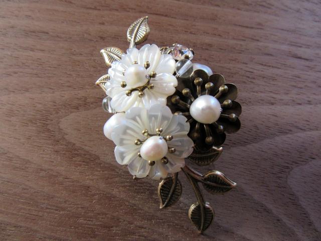 【ぶらん】白蝶貝の小花のほんのり和風ブローチ