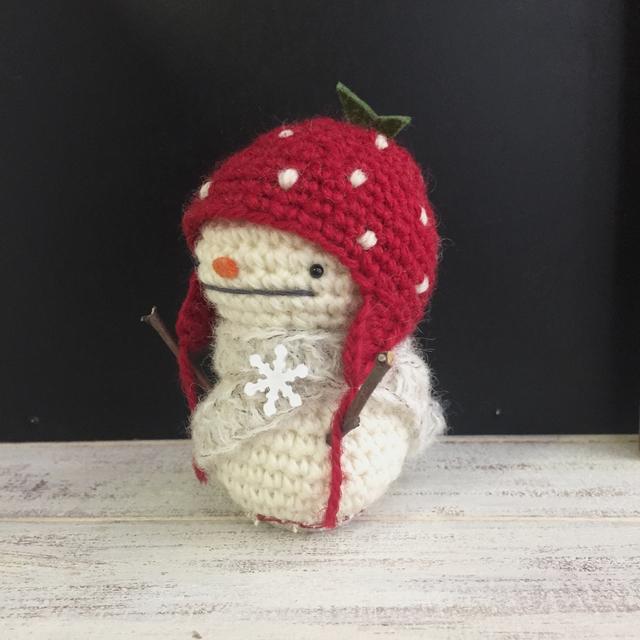 小枝の手の雪だるま いちご帽子