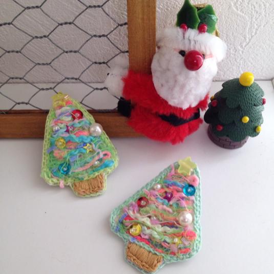 毛糸刺繍のクリスマスツリーブローチ