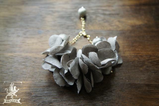 bracelet  【 紫陽花と糸巻きビーズのブレスレット *grey 】