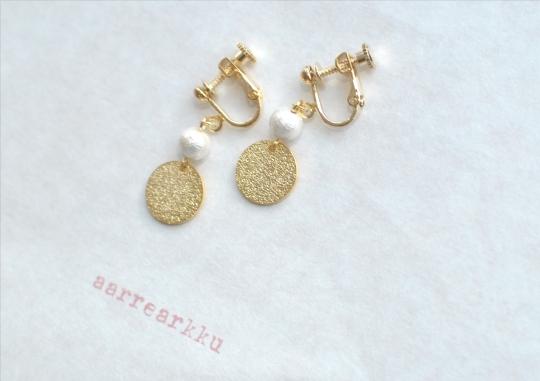 〔ピアスOK〕ゴールドの丸とコットンパール(6mm)ホワイトのイヤリング