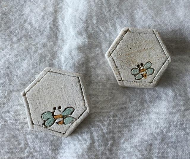 【陶土】みつばちブローチ