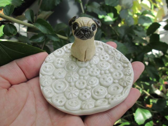動物・ボタン模様皿(パグ)