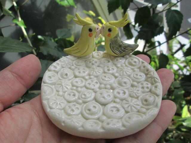 動物・ボタン模様皿(オカメインコ)