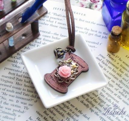 「不思議の国のアリス」糸巻きペンダント