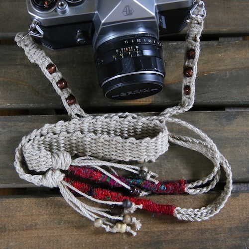 シルク糸とウッドビーズの麻カメラストラップ(ベルト)