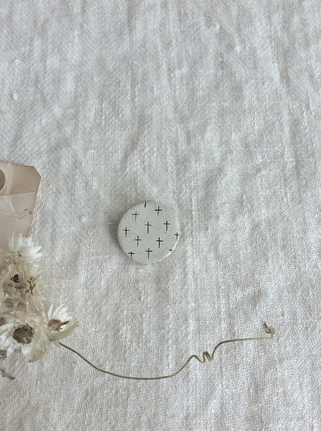 まんまる陶土ブローチ*北欧風
