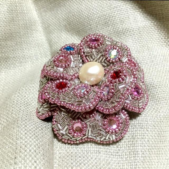 ビーズ刺繍の立体フラワーブローチ時々バックチャーム(ピンク)