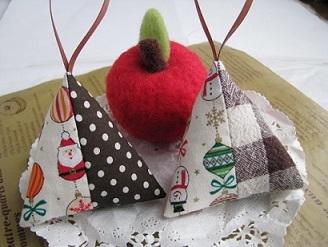 クリスマスプチギフトに☆ナチュラルカラーの三角サシェ2個セット【送料無料】
