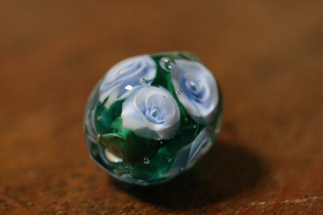アウトレット glass beads(とんぼ玉)緑/薄い青薔薇