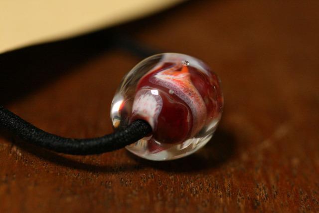 glass beads (とんぼ玉)髪留めゴム/赤色クリアがけ