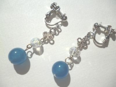 カルセドニー・カットガラス・メタルパーツのイヤリング