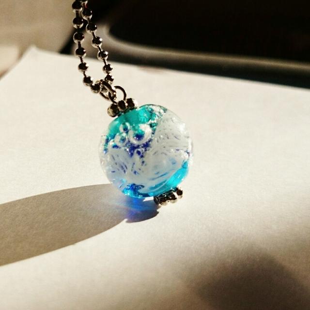 泡泡ブルーの海 ガラスネックレス
