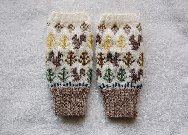 手編みの指なしミトン【森のリスとどんぐり】