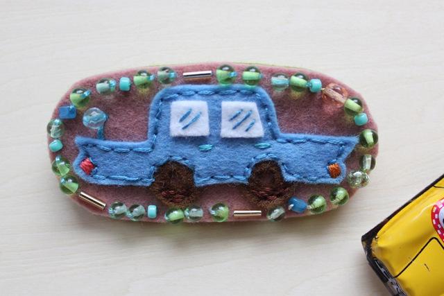 青いクラシックカー フェルトブローチ