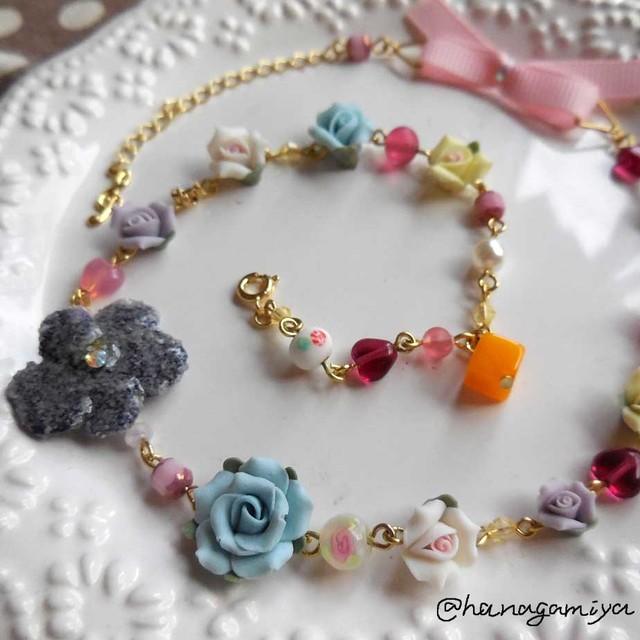 スミレの砂糖菓子と青いバラのネックレス