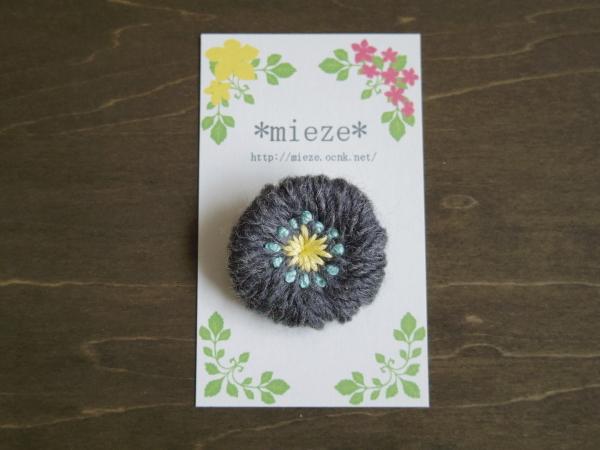 毛糸と刺繍のまるブローチ