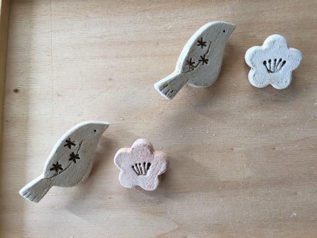 2個セット【陶器】小鳥と梅のブローチ