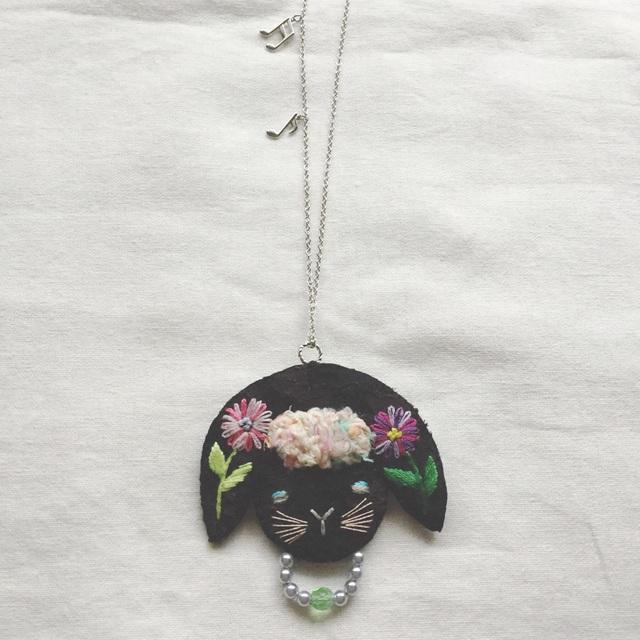 M様オーダー*黒たれみみうさぎのネックレス お花刺繍
