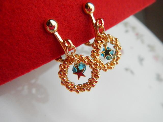 小さな金色のリース のイヤリング