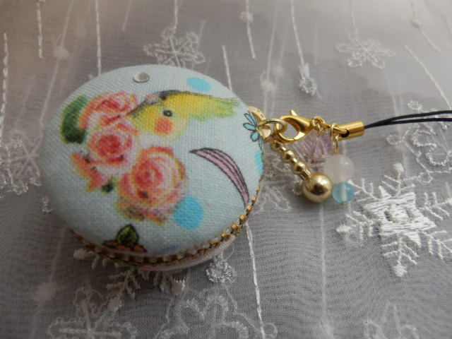 おすましインコちゃんのマカロンケース 小型(天然石の飾りつき)