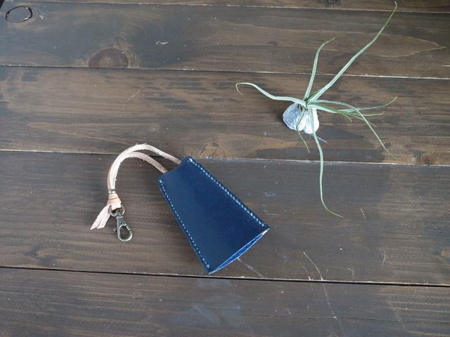 紺色革の銅鐸型キーケース