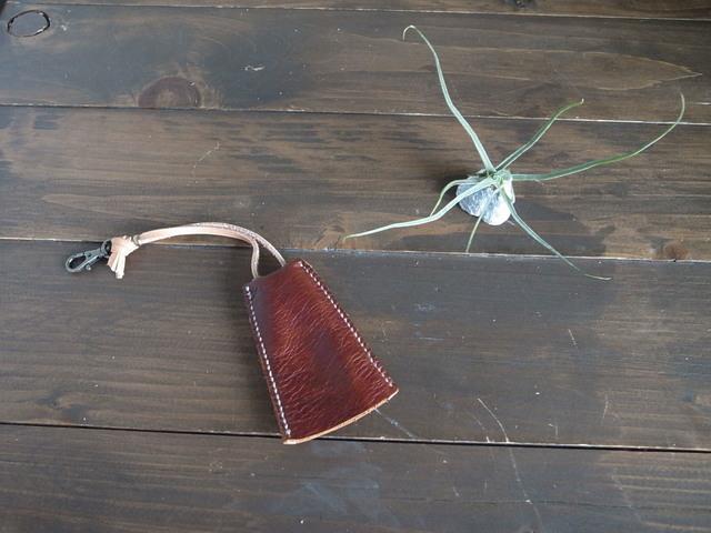 柔らか焦げ茶革の銅鐸型キーケース