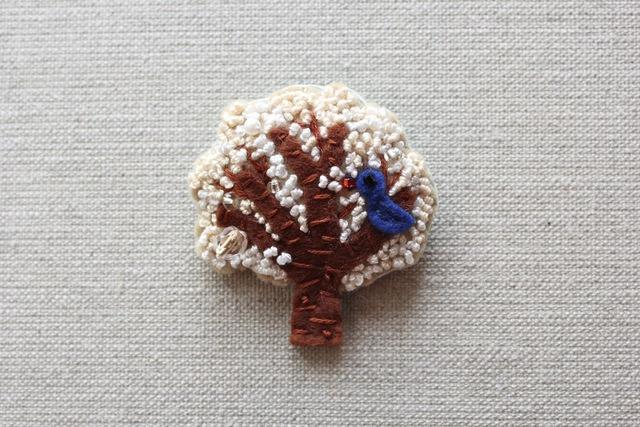 木のブローチ 雪国の木