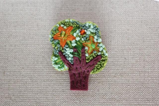 木のブローチ 芙蓉