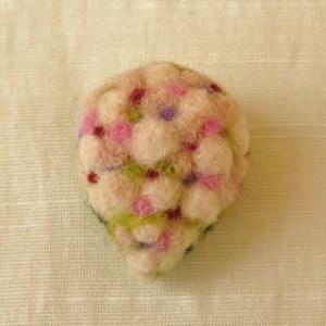 フェルト刺繍のブローチ ピンクのブーケ キャスケード(FAB-004-B)