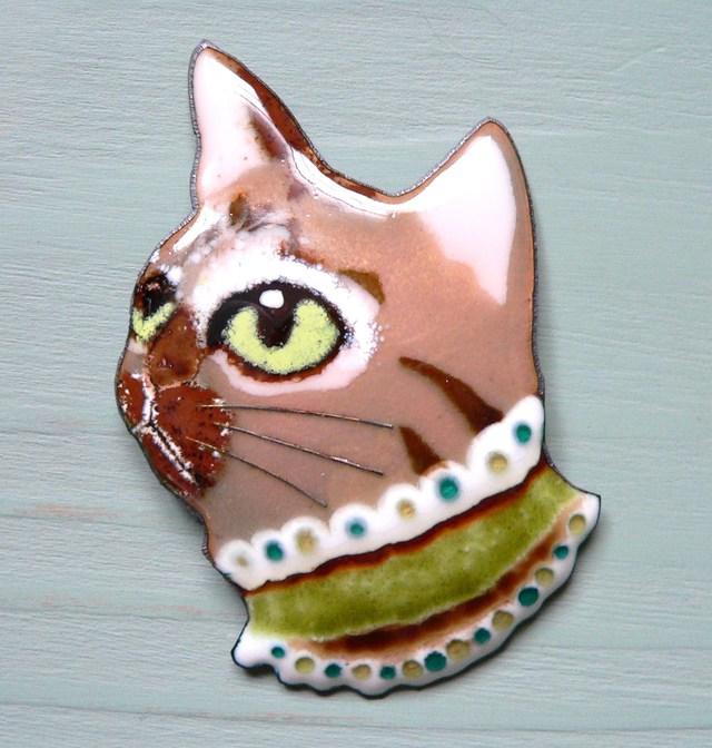 七宝焼・襟飾りのキジトラ猫(大きめ)