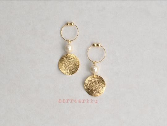 〔ピアスOK〕ゴールドの丸ウェーブとコットンパール(6mmキスカ)のイヤリング