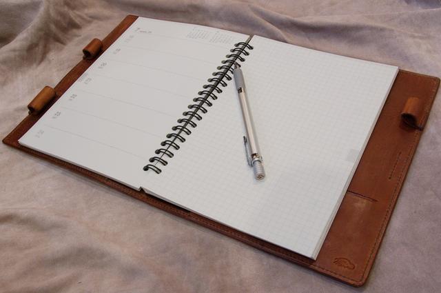 革と糸が選べるオーダーメイド手帳&ブックカバー<Mサイズ>(写真は無印良品のA5手帳用のカバーに作りました)