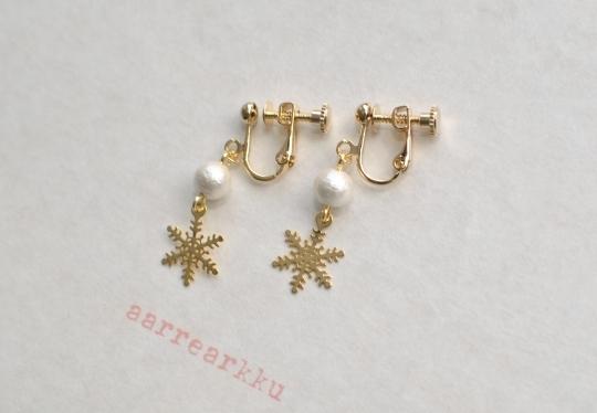 〔ピアスOK〕雪の結晶(ミニ)とコットンパール(6mmホワイト)のイヤリング