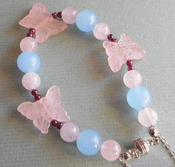 ピンクの蝶々とブルーのアクアマリン玉の可愛いブレスレット