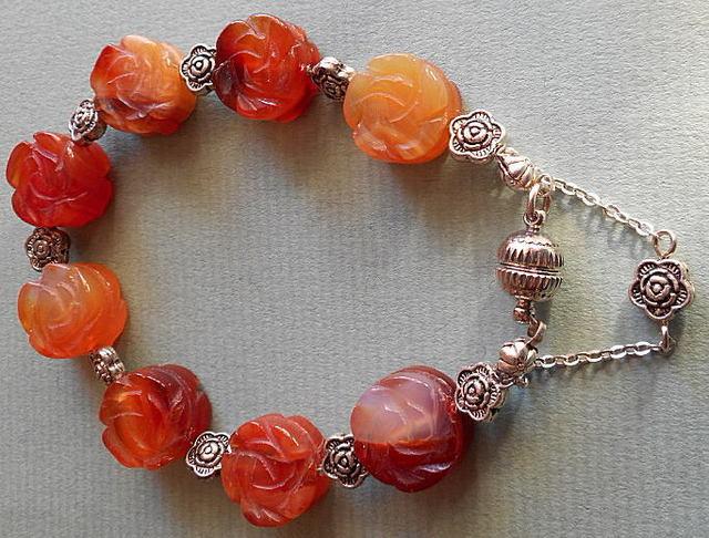 オレンジカーネリアンの花掘りストーンのきれいなブレスレツト