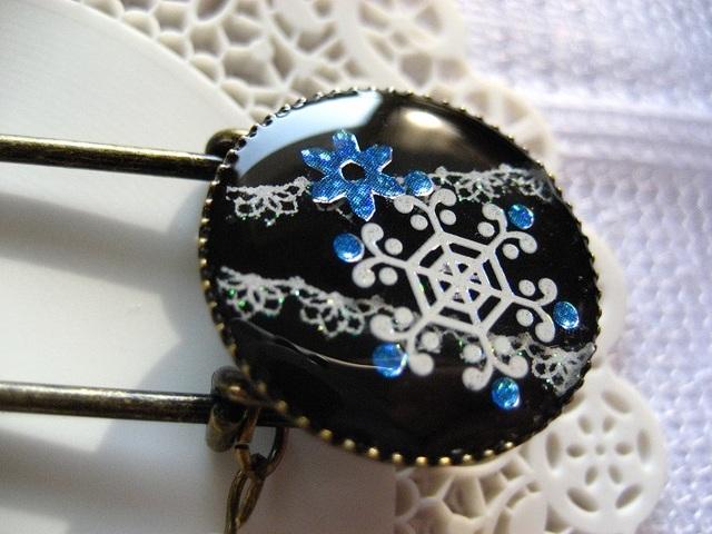 ★蒔絵風・雪の結晶とレースのブローチ