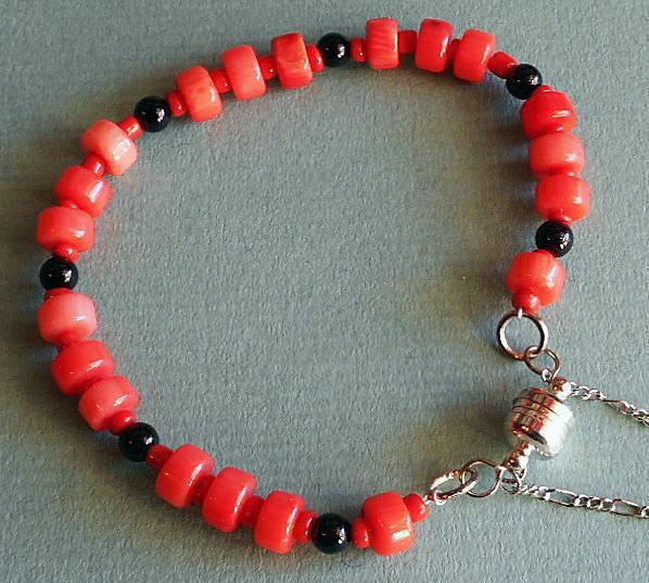 赤と黒のサンゴを組合せしたブレスレットです!