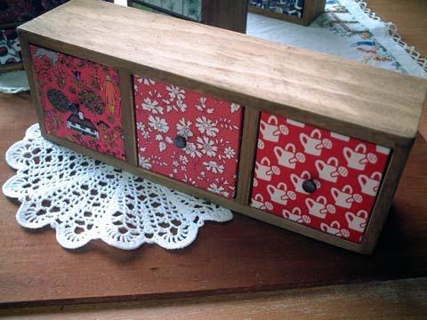 リバティ引き出しつき木製飾り棚Voysey,Capel、McevoyRD