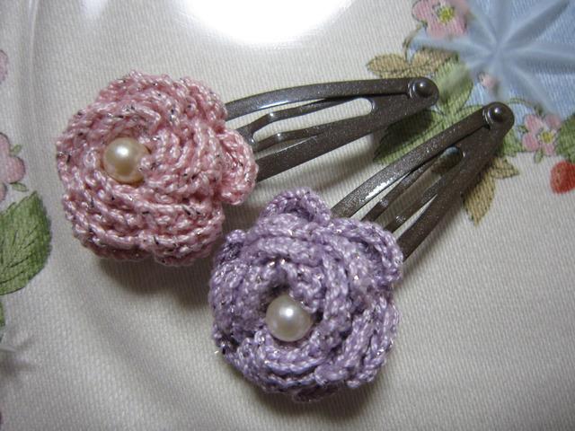 p04_レース糸で編んだバラのお花のパッチンピン 2個セット ピンク&ラベンダー