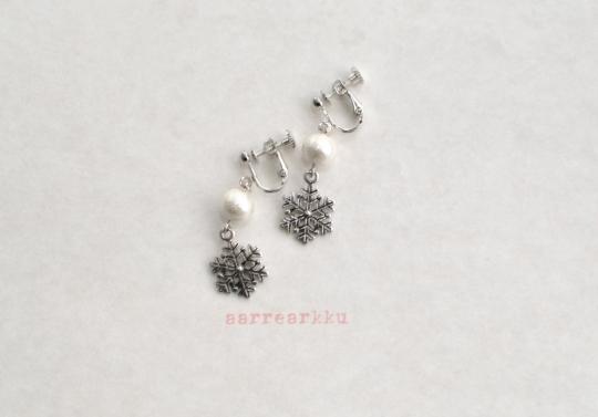 〔ピアスOK〕雪の結晶とコットンパールのイヤリング(シルバー)
