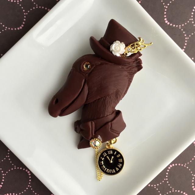 ハシビロコウ伯爵のチョコレートブローチ●黒の時計