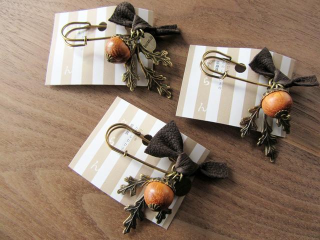 【ぶらん】木製どんぐりと本革リボンのピンブローチ(4cm)